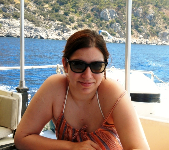 Sevgili kızım Anıl teknede gülümsemekte