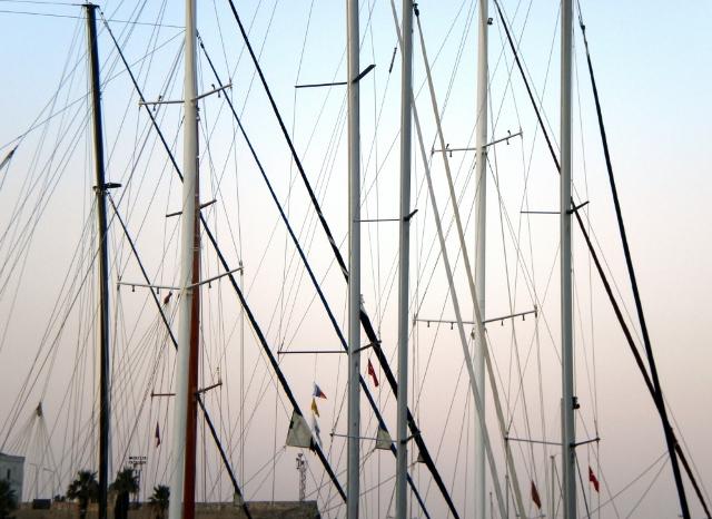 Limandaki teknelerin direkleri