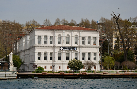 Beşiktaş Anadolu Lisesi daha önce Çırağan Sarayı Harem Dairesi idi