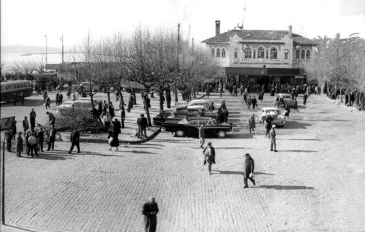 Kadıköy iskelesinde yolcu bekleyen taksiler