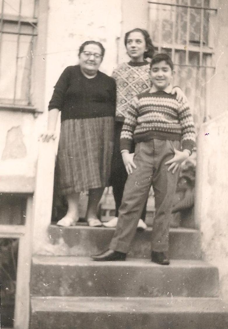 Kızıltoprak'ta ki ahşap evin merdivenlerinde