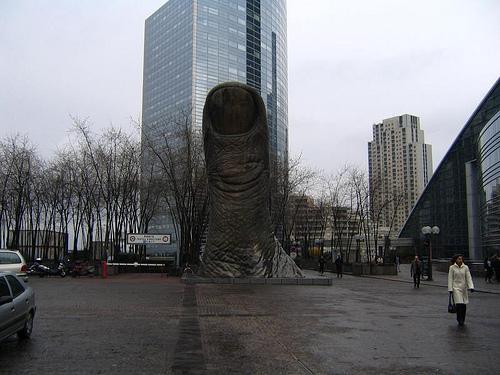 Cesar Balaccini'ye ait Baş Parmak heykeli