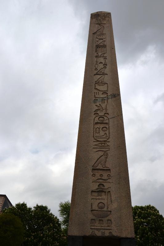 Obelisk doğu yüz